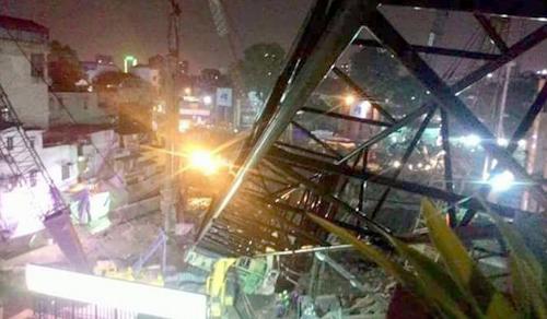 Cần cẩu đổ đè lên nhà dân ở Hà Nội